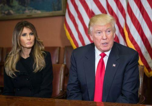 Su esposa Melania y Donal Trump, que hoy se medirá con algunos de los discursos más brillantes de la historia.