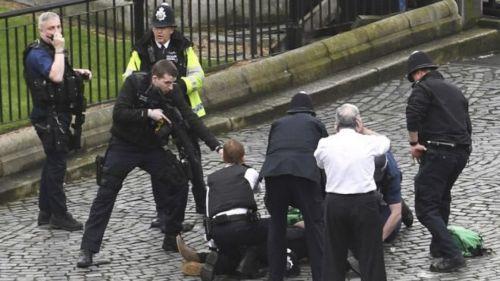 """La Policía de Londres abate al delincuente y trata al episodio como """"un hecho terrorista hasta que se pruebe lo contrario""""."""