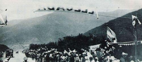 Todos esperan el arribo de Oscar Gálvez en el Portezuelo, aquel 20 de octubre de 1948.