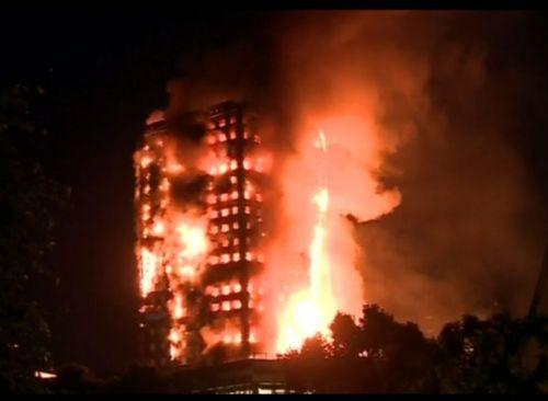 Reino Unido: bomberos luchan con un enorme incendio en una torre de viviendas en Londres.