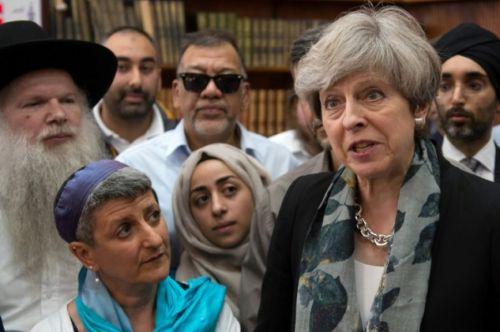 La primera ministra de Reino Unido, Theresa May en la mezquita de Finsbury Park,horas después de que un vehículo atropellara a musulmanes.