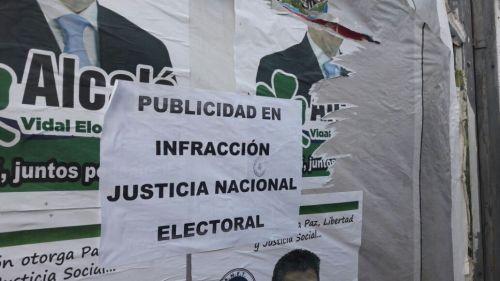 Varios candidatos y partidos que se postulan como legisladores infringen la Ley Electoral sobre cartelería política en espacios públicos.
