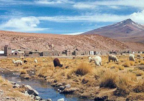 San Antonio de los Cobres en un paisaje típico de la Puna. Parte de la riqueza de su cultura en una muestra habilitada en el CCA.