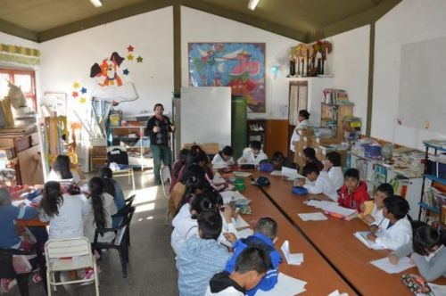 Escolares prestos para participar del concurso de caricaturas.