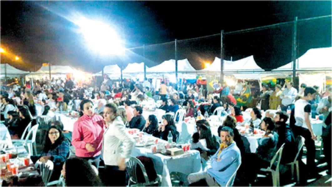 Un viaje gastronómico por el mundo con bailes típicos, música para una salida familiar, en el Playón detrás de la UCS.