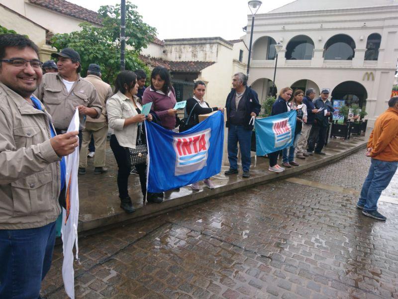 """Protesta en el centro. Un informe afirma que en el INTA """"hay 750 que están en un margen que excede a las necesidades de la entidad""""."""