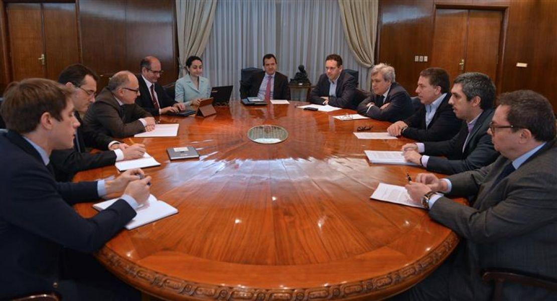 """La misión del FMI estuvo 10 días y concluyeron que la Argentina tiene el riesgo país más alto de la región y que toma """"mucha deuda""""."""