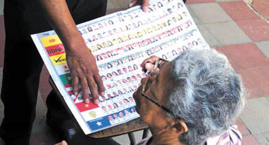 Una mujer durante el proceso de votación con Boleta Única Papel.