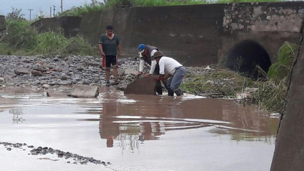 """""""Durante la época de lluvias es imposible transitar por la zona"""", sostuvo unos de los vecinos de la zona"""