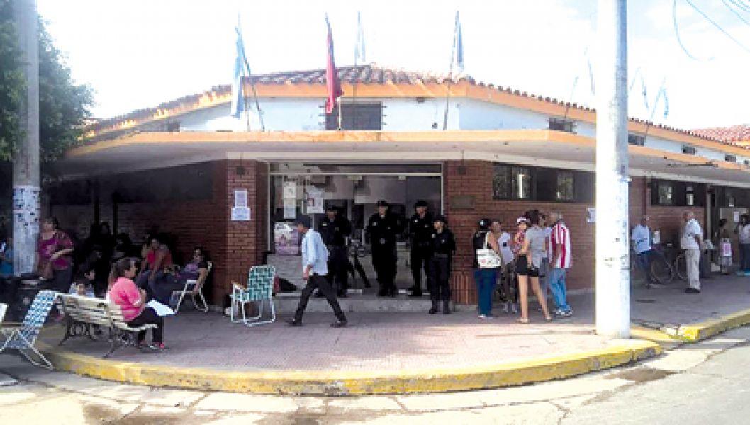 El edificio municipal se encuentra custodiado por la Policía.Gentileza Oscar Serrano