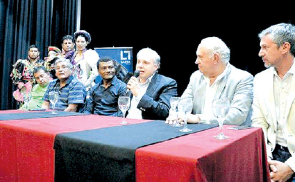 Matías Cánepa junto a las autoridades de las asociaciones carnestolendas