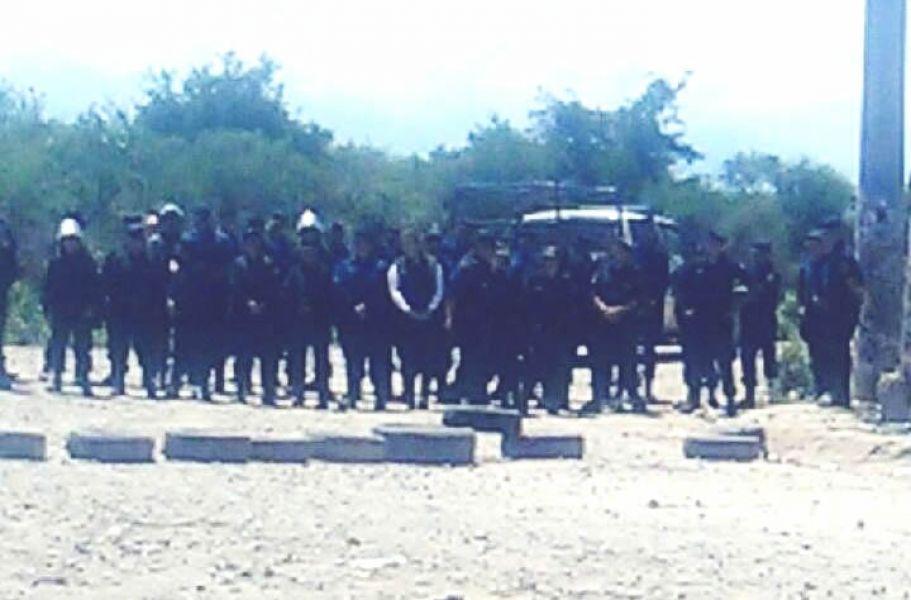 #Ahora - Fuerte presencia de Infantería en el Vertedero. Vecinos de 3 barrios reclaman en el lugar por la falta de respuesta municipal.