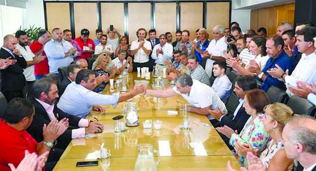 Triaca firmó el acuerdo salarial con el sindicato de remiseros y de tintoreros.