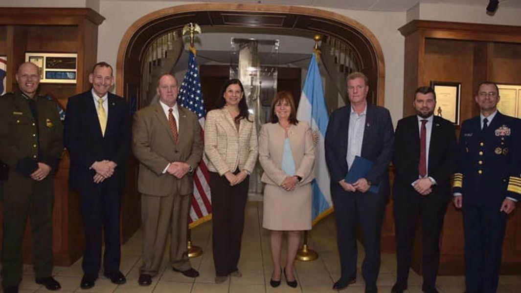 Bullrich junto a funcionarios norteamericanos de la DEA, que aumentará su presencia en las fronteras del NEA y NOA.