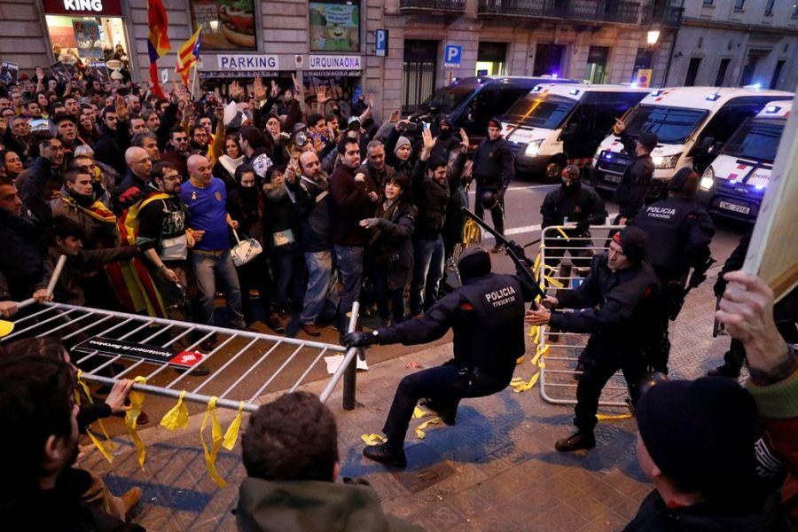 Protesta durante la llegada del rey Felipe VI de España a Cataluña.