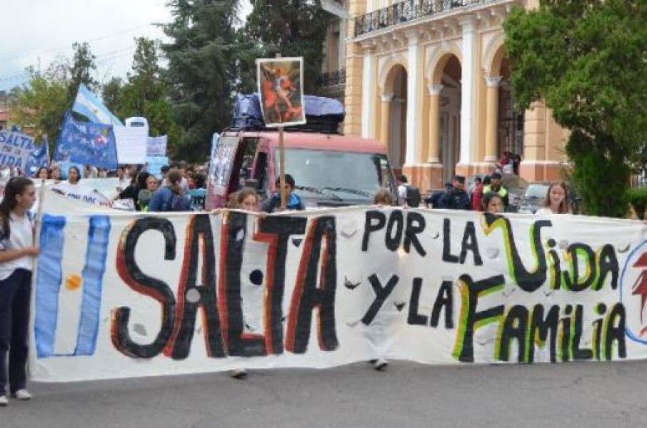 Por las calles de la ciudad marcharon con cánticos pro vida con cánticos en contra del aborto.