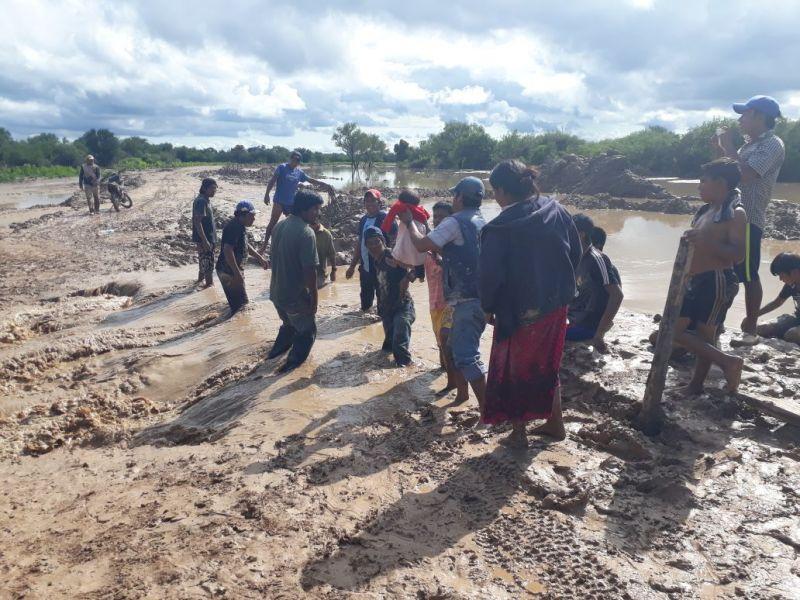 Jubilados y pensionados realizan el cruce de un río con la ayuda de un cordón humano para llegar a Santa Victoria Este. (Foto y videos: Mario Arias).