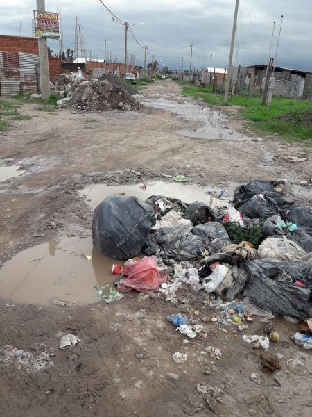 Vecinos de barrio San Calixto afirman que viven entre la basura, sin servicios básicos y con calles en mal estado.