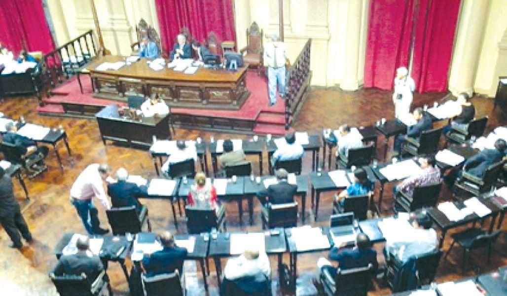 Con demoras sesionó anoche Diputa- dos, debido a la reunión con los azucareros.