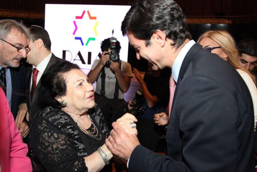 El gobernador salteño saluda a Eugenia Unger sobreviviente de los campos de concentración del nazismo. Desde 1949 reside en Argentina.
