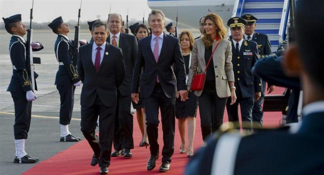El presidente Mauricio Macri cuando arribò al aeropuerto de Lima para participar de la Cumbre de las Américas.