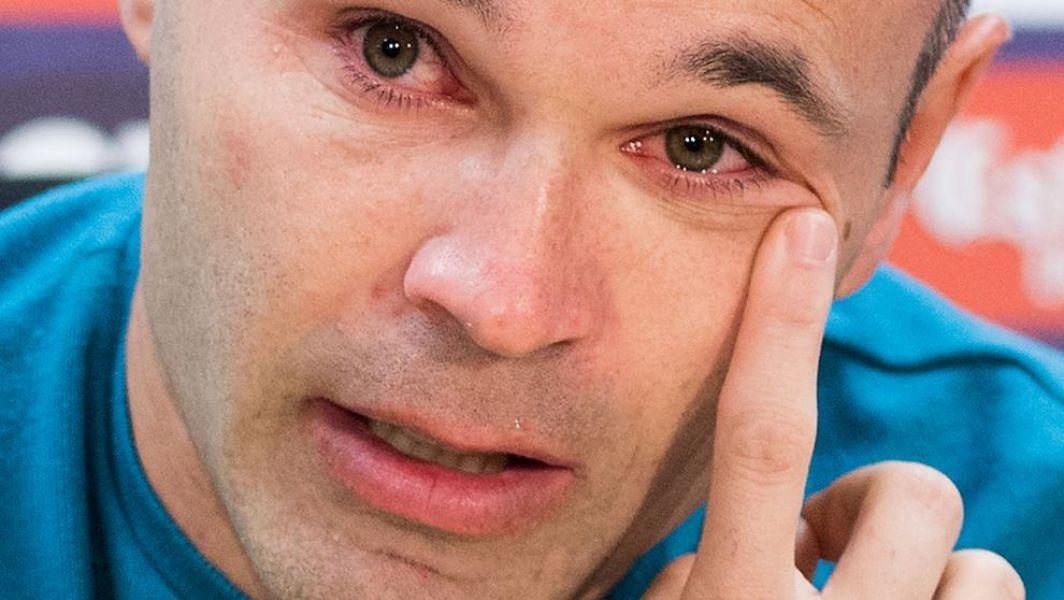 Andrés Iniesta seca las lágrimas que no pudo contener en la despedida del Barcelona.