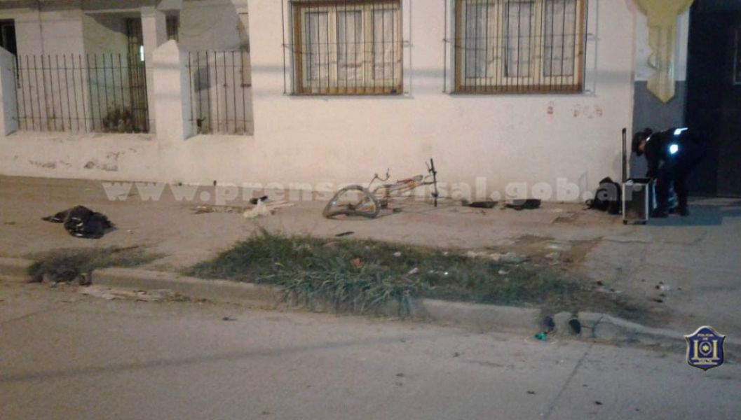 La bicicleta quedó destrozada a un costado de la vereda en la avenida Artigas, donde ocurrió el accidente que mató al ciclista.