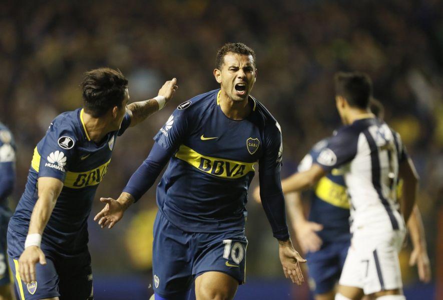Cardona abrió el camino a la goleada de Boca y su avance a los octavos de la Copa Libertadores. El Palmeiras superó al Junior.