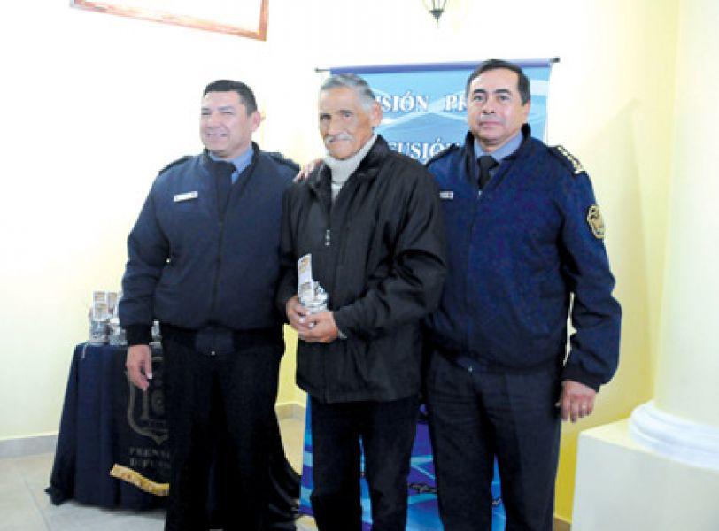 Juan Carlos Robles, periodista Nuevo Diario recibió un reconocimiento por sus 50 años de trabajo en el área policial.