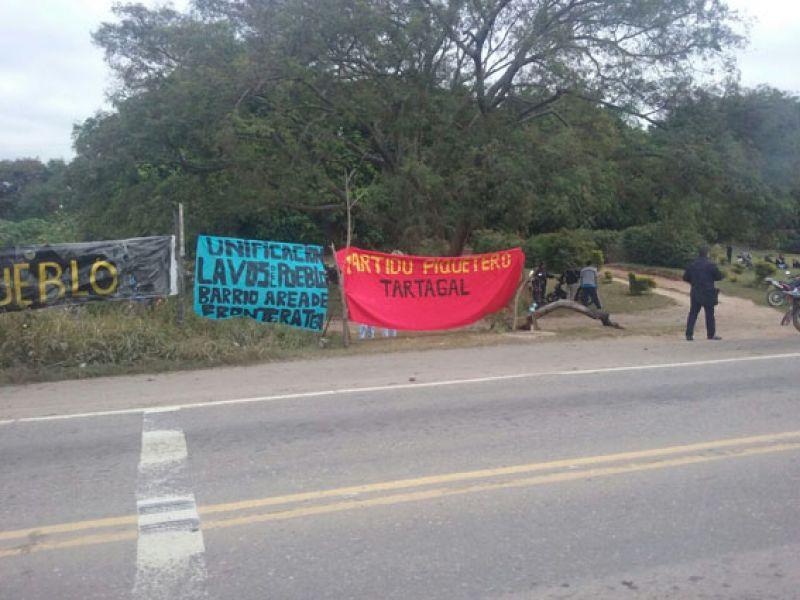 """Los desocupados de la """"Mesa Unificadora"""" protestan al costado de la Ruta 34 en Tartagal, quieren entrevistarse con el ministro de Gobierno."""