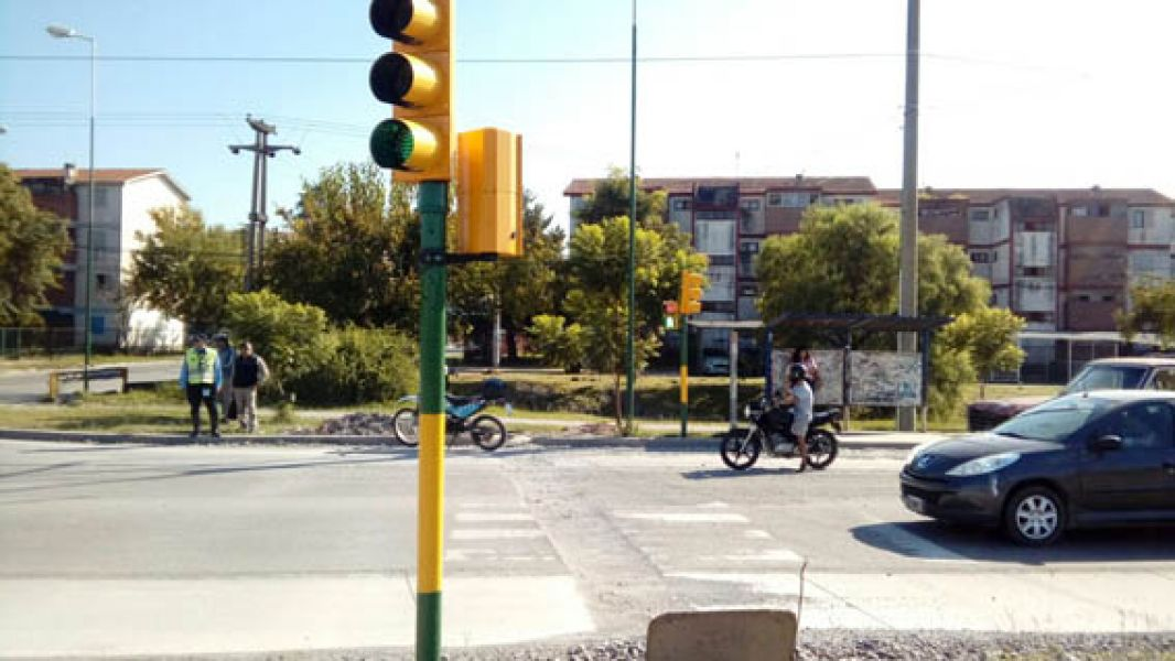 """Existe un aplicativo para el reporte o reclamo por desperfectos en los semáforos de la ciudad a través de """"Salta Activa""""."""