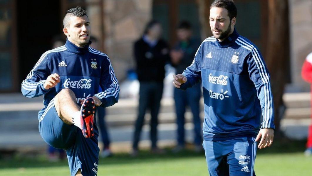 """El """"Kun"""" Agüero hoy le saca ventaja a Higuaín en la puja por la titularidad en el debut mundialista frente a Islandia."""