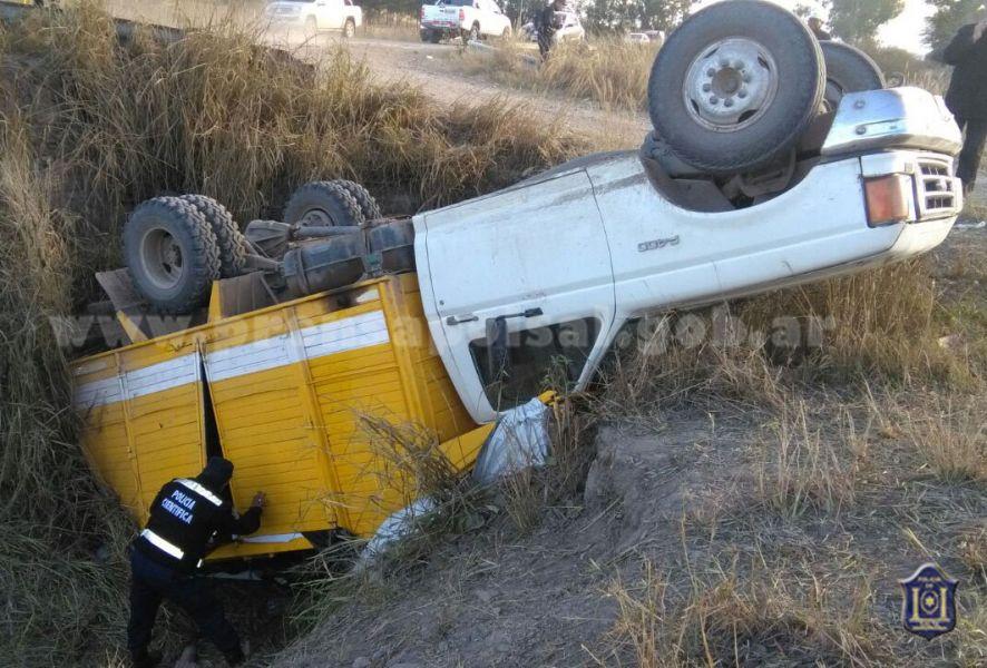 El camión cayó a una alcantarilla al ingresar a una finca