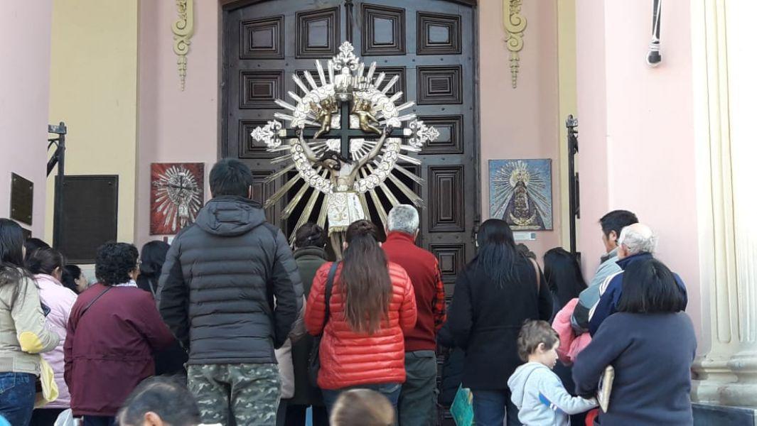 Católicos rezan frente al atrio de la Catedral por el debate sobre el aborto legal.