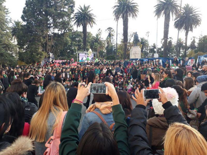 Una multitud se convocó frente a la Legislatura para manifestarse a favor de la despenalización del aborto en la capital de Salta.