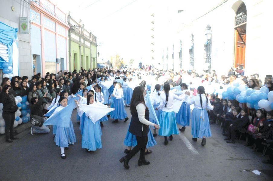 Los alumnos de todos los establecimientos cerraron el semestre bailando el pericón.