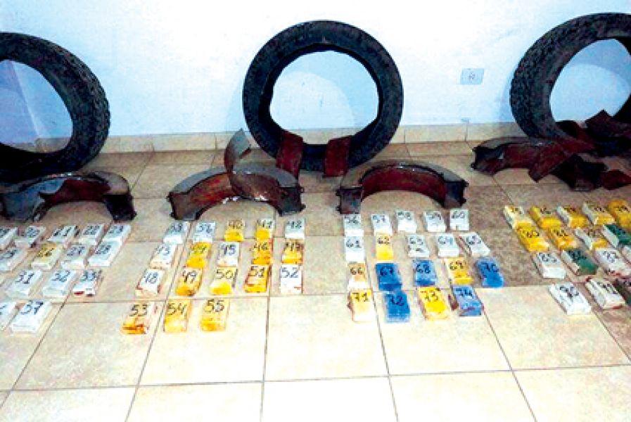 La cocaína incautada en El Gallinato estaba escondida en tubos cilíndricos adheridos a las llantas de una Ford Ranger.