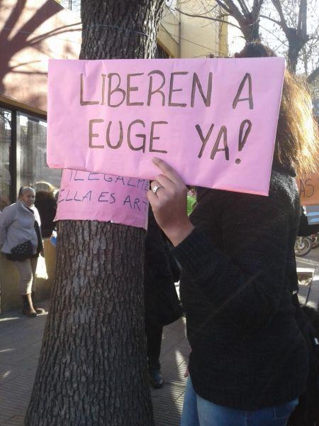 Compañeras de la joven detenida por la Policía por filmar y defender a una vendedora, se manifestaron ayer frente a la Comisaría.