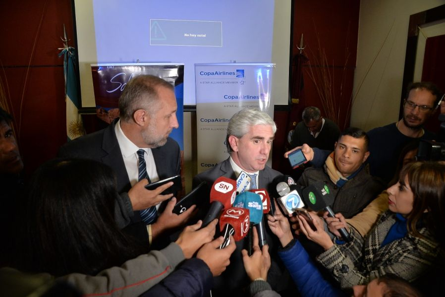 Gerente de Copa, Gustavo Esusy, y el ministro de Turismo, Juan Lavallén. Salta ya se conecta con siete destinos nacionales y cinco internacionales.