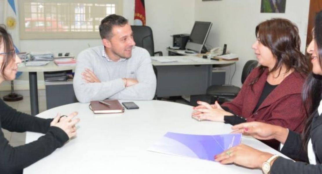 Las directoras del Observatorio María Laura Postiglione, Inés Bocanera y Pía Ceballosjunto al titular del Registro Civil, Matía Assennato.