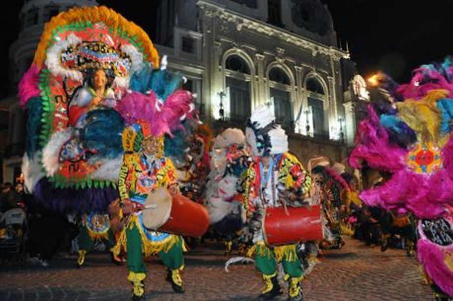 Turistas y lugareños se concentran el sábado alrededor de la Plaza 9 de Julio para ver anticipo de los carnavales salteños.