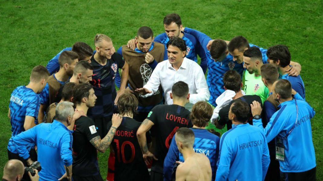 El DT croata Zlacko Dalic, arenga al plantel en la previa de la prórroga ante Inglaterra.