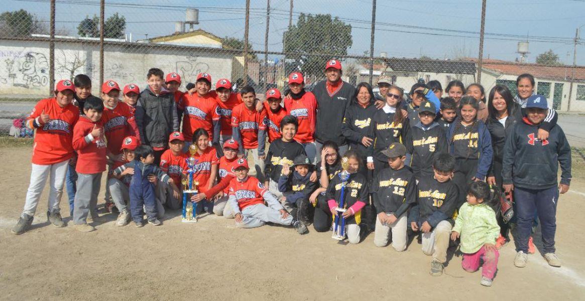Campeón y subcampeón posan juntos: Fenix y Santa Ana