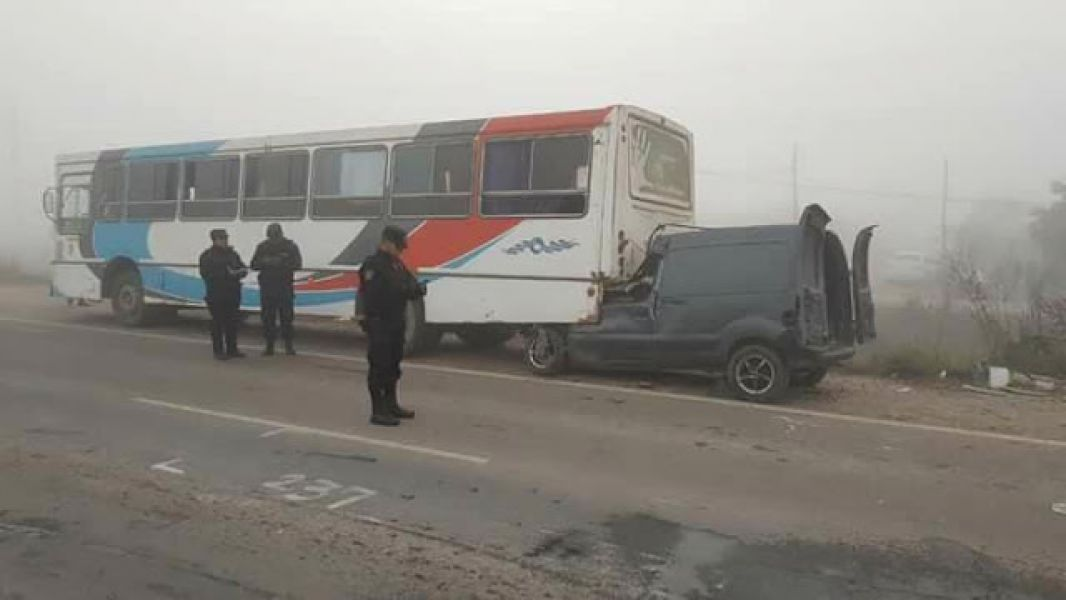 Por la neblina, un vehículo utilitario con cinco pasajeros a bordo se incrustó detrás del colectivo. (Foto: Radio Cadena Noa).
