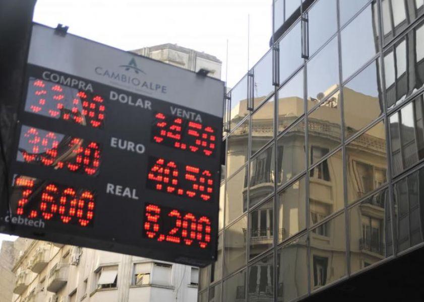 El Banco Central licitó USD 300 millones para abastecer la demanda irrefrenable de dolar que cerró a $34.40.