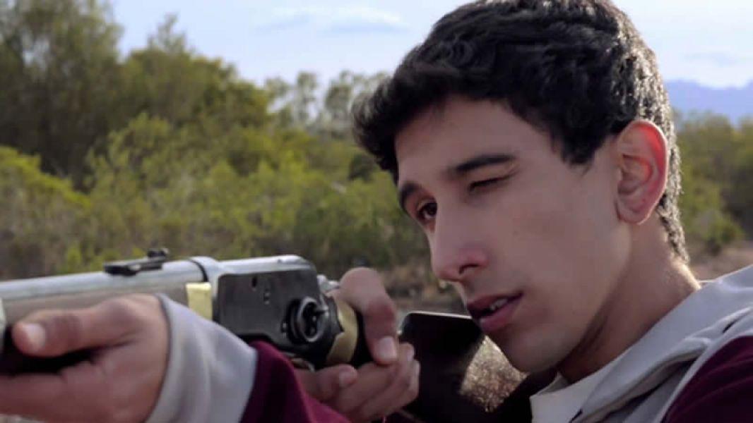Un adolescente huyendo de su bautismo como delincuente. Reynaldo, alias Rey, escapa de su fallido primer robo.