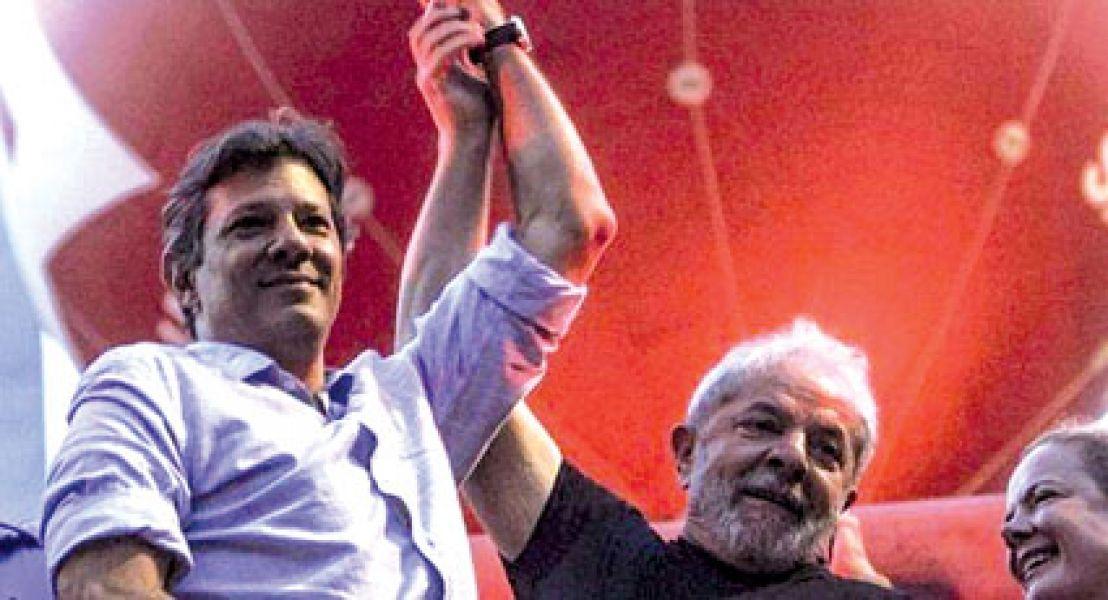 Fernando Haddad y Lula da Silva. El Partido de los Trabajadores anunció que seguirá manteniéndolo como candidato presidencial.