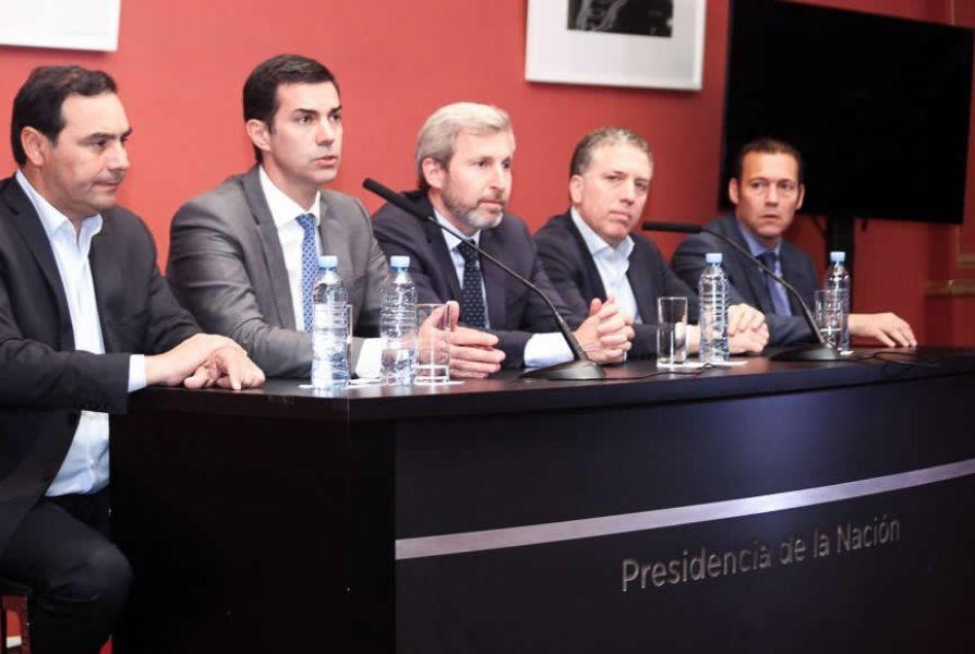 En la conferencia de prensa como final del encuentro estuvieron los ministros Nicolás Dujovne y Rogelio Frigerio, junto tres gobernadores.