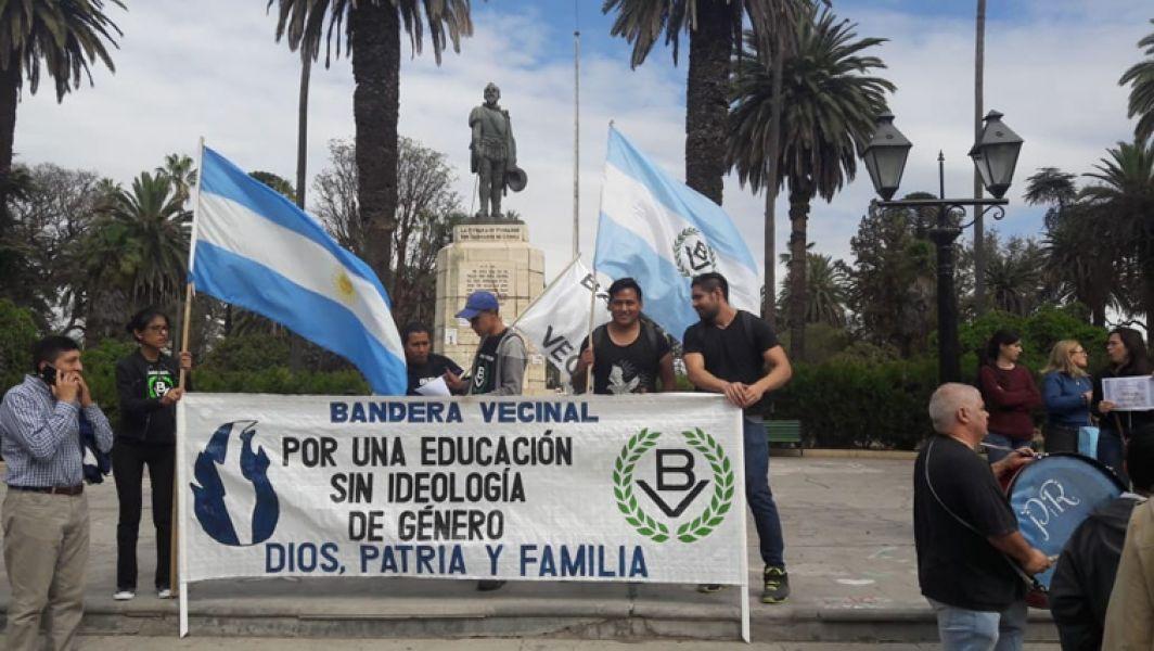 Un pequeño grupo de #ConMisHijosNoTeMetas, junto a la agrupación Bandera Vecinal, se manifestaron frente a la Legislatura.