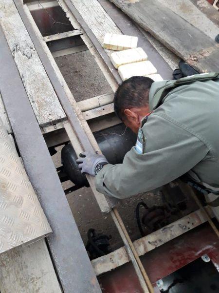 Encontraron 25 paquetes de cocaína oculta en un camión procedente de Bolivia.